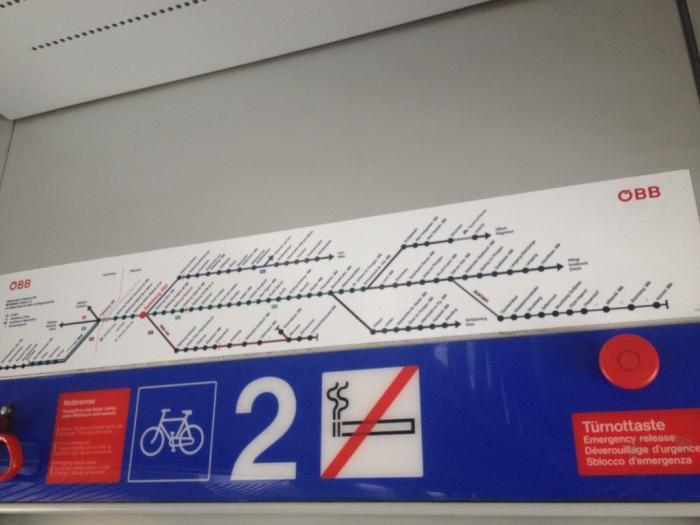 列車内の案内板。読めない