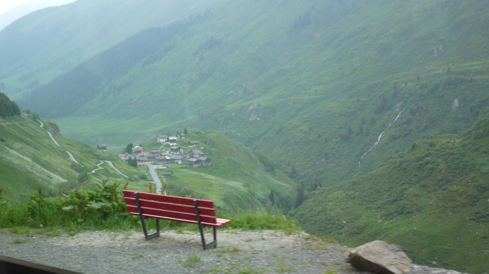 線路沿いにあるベンチ