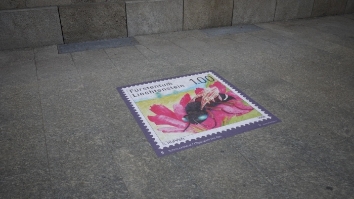地面にプリントされた切手