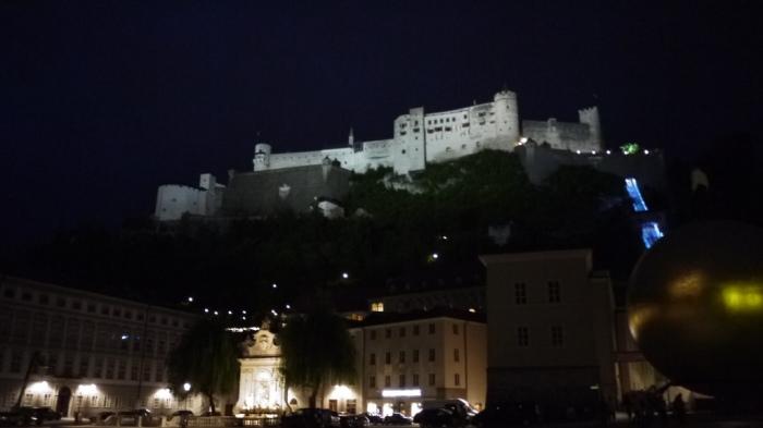 闇夜にうかぶホーエンザルツブルグ城