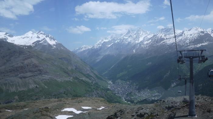 ツェルマットの村が小さく見えます