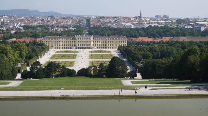 シェーンブルン宮殿ごしにウィーン中心部を望む