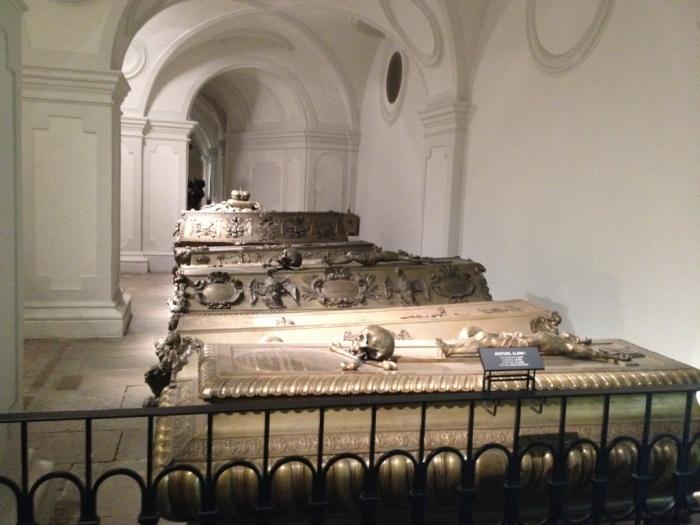 皇帝の棺が並ぶ